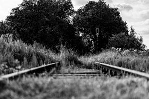 Stillgelegtes Bahngleis, Signal im Hintergrund,