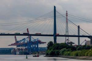 rechter Pylon der Köhlbrandbrücke, im Hintergrund die Containerbrücken von Tollerort, Hamburg