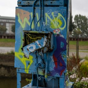 Marode Elektrik des Hafenkrans, Grafitti