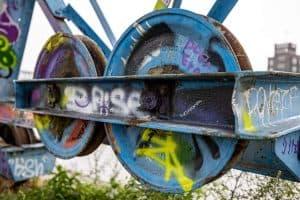 Detailaufnahme: Mit Graffiti besprühte Laufräder