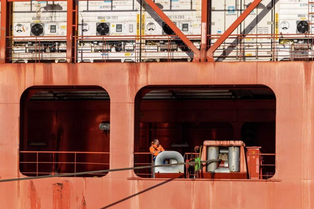 Ein Matrose Heck eines Containerschiffes