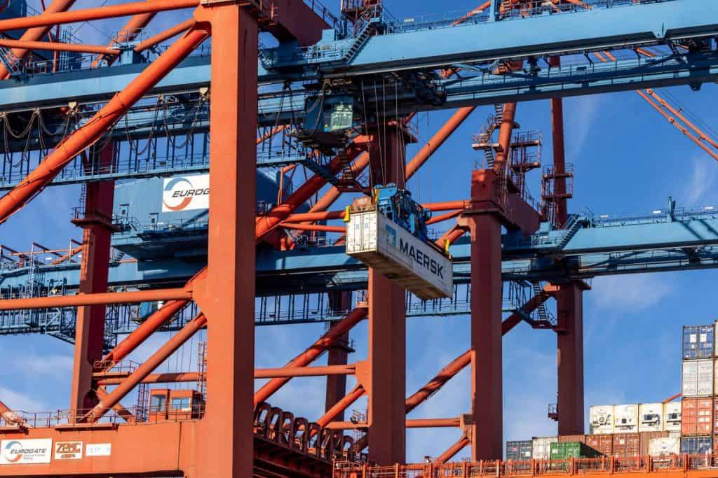 Hafenkran mit Container